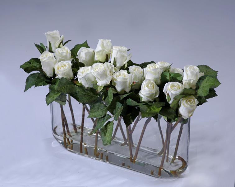 белые розы в вазе с водой